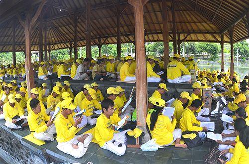 巴厘岛法轮功学员在格朗阿森的武君花园集体学法