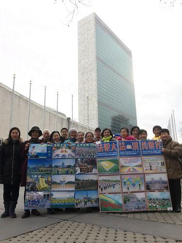 在联合国大厦前讲法轮功真相的学员。(纽约法轮功学员提供)