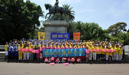 墨尔本部分法轮功学员恭祝师尊李洪志先生新年快乐。