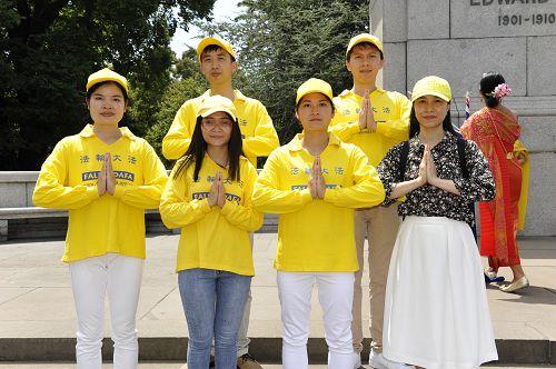 室内设计师阮氏姮(Hang Nguyen,前排右一)与墨尔本部分越南法轮功学员恭祝师尊李洪志先生新年快乐。