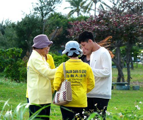 图5~7:台东法轮功学员向游客讲真相。