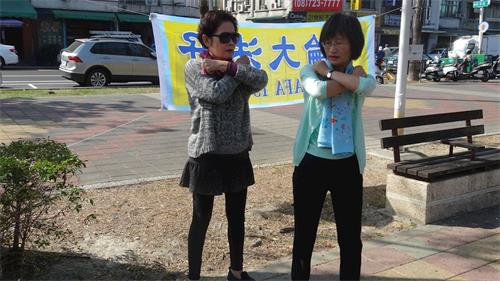 '图7:六十九岁的张女士(左)早就耳闻法轮功是一门非常好的功法,如今遇见让她备感兴奋,图为法轮功学员教她功法。'