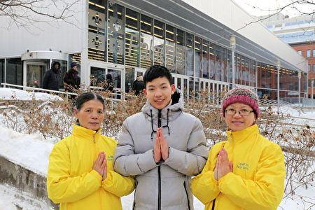 '图5:陈女士(左)一家祖孙三代人诚挚地向李洪志大师献上新年问候。'
