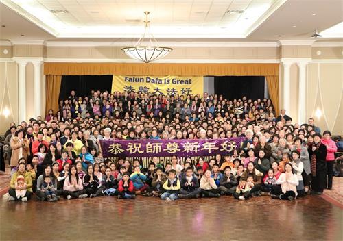 '图1:二零一九年中国新年到来之际,多伦多法轮功学员在集体<span class='voca' kid='88'>学法</span>的大堂欢聚一起给慈悲伟大的师父拜年,恭祝慈悲伟大的师父新年快乐!'
