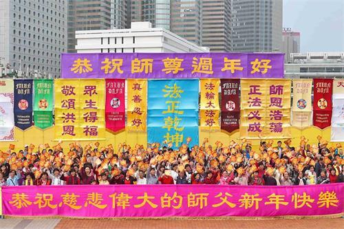 '图5:法轮功学员合唱《法轮大法好》后高举福字帖,向市民送福。'