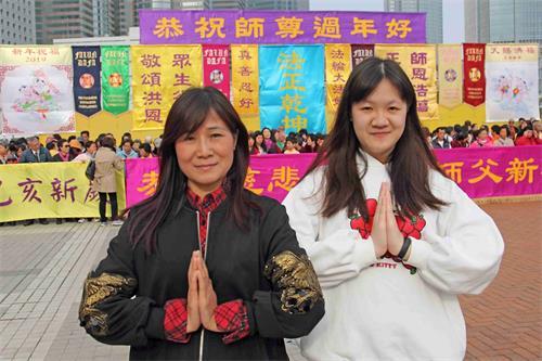 '图6:法轮功学员梁女士(左)及女儿(右)俩相继得法,敬谢师父救度洪恩。'