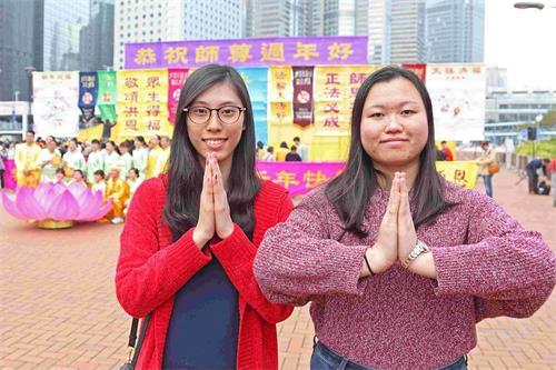 '图HK20190205-07.jpg年轻法轮功学员马小姐(左)和邝小姐(右)修炼后学会先他后我,善待他人。'