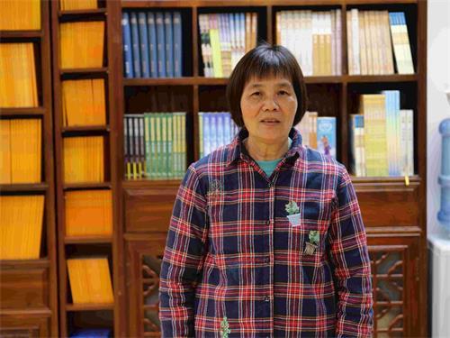 '图7~8:法轮功学员冯太在书店当义工,喜见越来越多世人得法。'