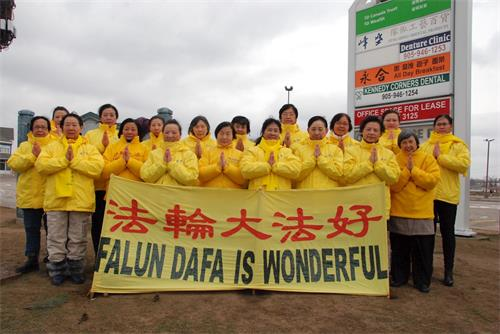 '图4:多伦多太古广场真相点大法弟子恭祝李洪志师父新年快乐!'