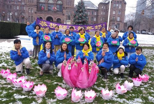 '图9:多伦多皇后公园真相点大法弟子恭祝李洪志师父新年好!'